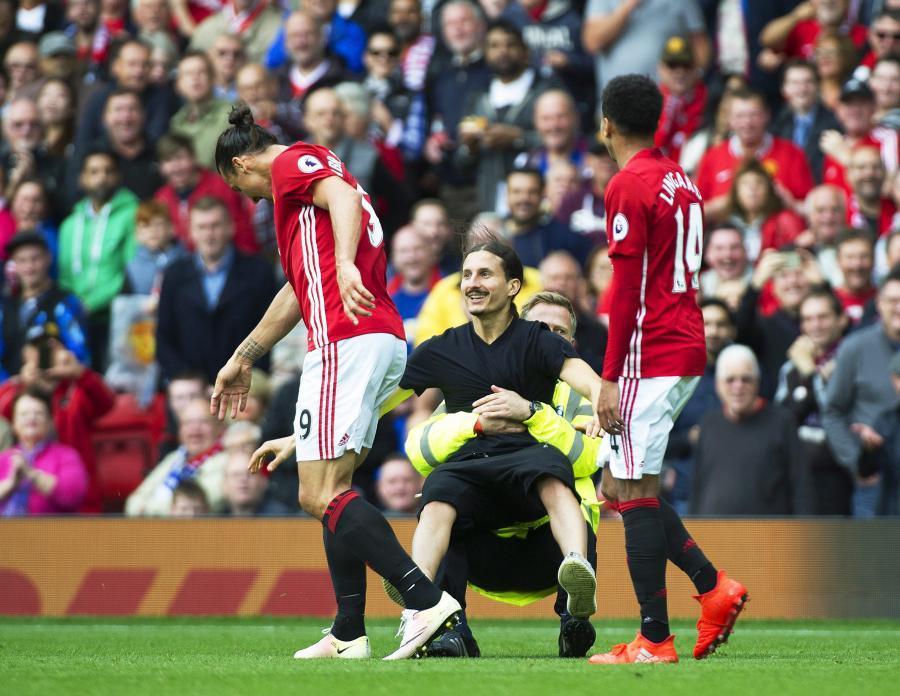 """Ibrahimovic """"zaatakowany"""" podczas meczu przez swojego... sobowtóra"""