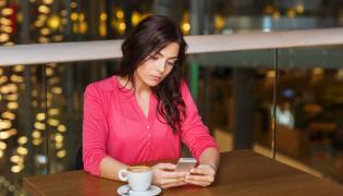 Samotna kobieta w kawiarni