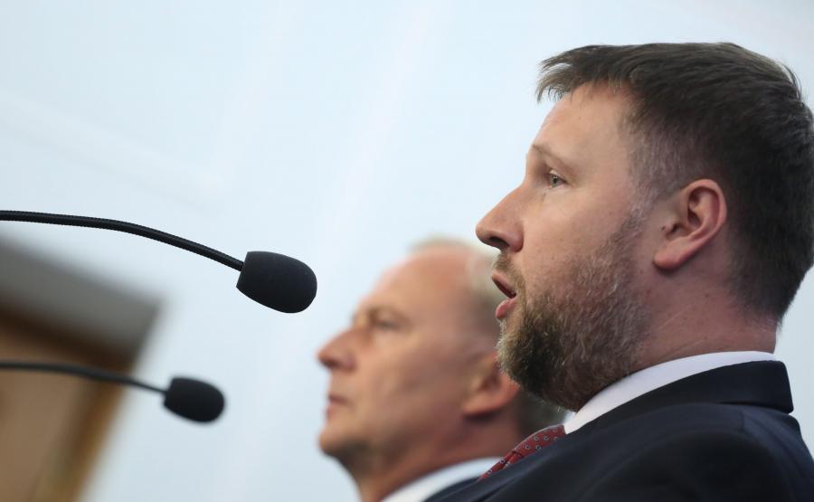 Posłowie PO Marcin Kierwiński i Czesław Mroczek na konferencji prasowej