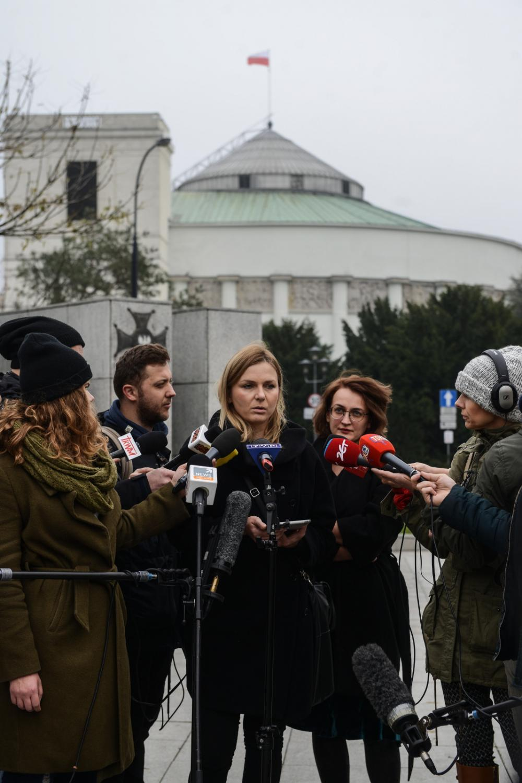 Bożena Przyłuska (centrum-L) i Agata Czarnecka (centrum-P) podczas konferencji prasowej nt. Ogólnopolskiego Strajku Kobiet