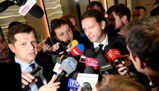 Byli piłkarze Cezary Kucharski (L) i Radosław Majdan (P) rozmawiają z dziennikarzami podczas Walnego Zgromadzenia Sprawozdawczo-Wyborczego Polskiego Związku Piłki Nożnej w Warszawie