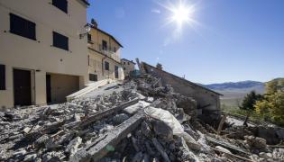 Gruzy domów po trzęsieniu ziemi w Castelluccio di Norcia