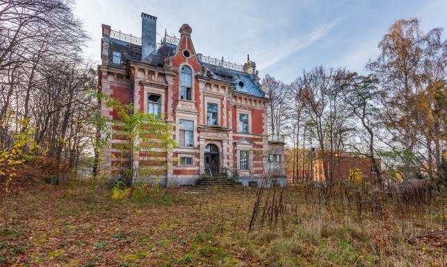Dom, w którym straszą masoni. Opuszczona ruina z niezwykłą historią należy do... TVP