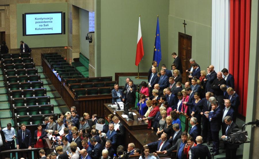 Posłowie opozycji blokujący mównicę oraz fotel marszałka