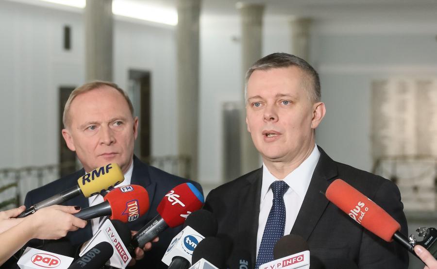 Posłowie Platformy Obywatelskiej Tomasz Siemoniak (P) i Czesław Mroczek (L) podczas konferencji prasowej przy stolikach dziennikarskich w Sejmie