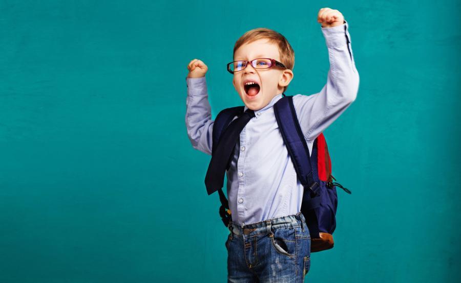 Chłopiec z plecakiem szkolnym na plecach