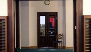 Wejście na salę posiedzeń w Sejmie