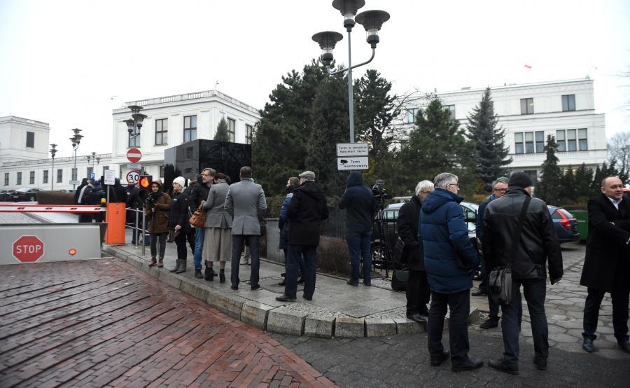 Dziennikarze przed budynkiem Sejmu