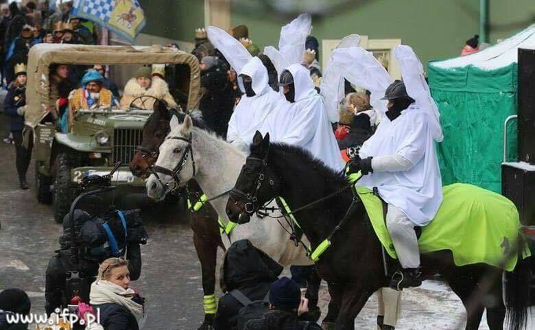 Policjanci przebrani w stroje aniołów