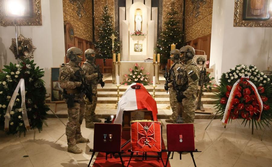 Trumna wystawiona w Katedrze Polowej WP w Warszawie, podczas uroczystości pogrzebowych Janusza \