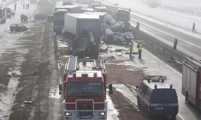Zmiażdżone kabiny, rozbite auta. Pobojowisko na autostradzie A1 po karambolach we mgle [ZDJĘCIA]