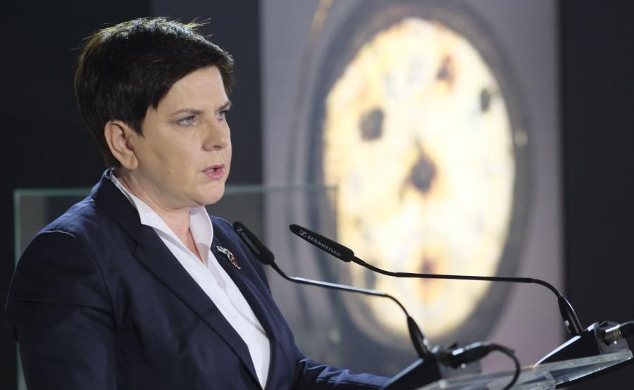 Premier Beata Szydło przemawia w budynku \