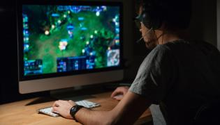 gracz przed monitorem