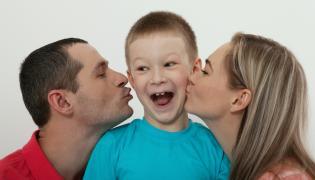 Rodzice całują syna