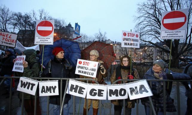 Protesty przeciw wizycie prezesa PiS na Wawelu. \