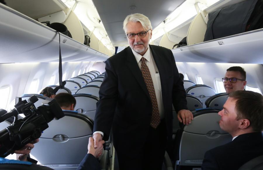 Minister spraw zagranicznych Witold Waszczykowski na pokładzie samolotu na terenie Wojskowego Portu Lotniczego Warszawa Okęcie, przed wylotem do Kijowa.