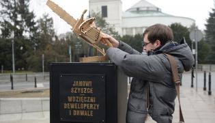 Politycy Partii Razem ustawili przed Sejmem pomnik - złotą piłę do cięcia drzewa - dedykowany ministrowi środowiska Janowi Szyszce