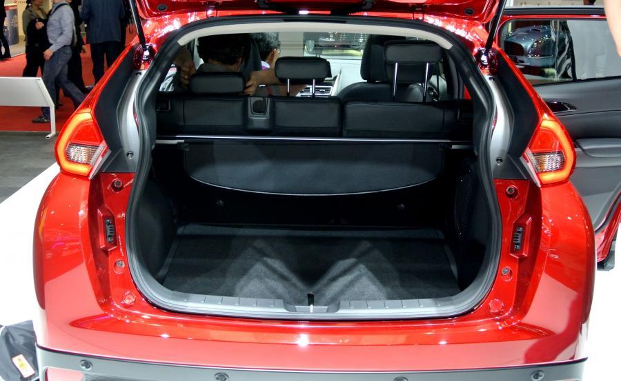 Mitsubishi Eclipse Cross pod podłogą skrywa dodatkowe schowki